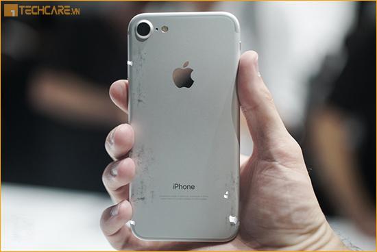 Thay vỏ Iphone 7 bi tróc sơn, trầy xước