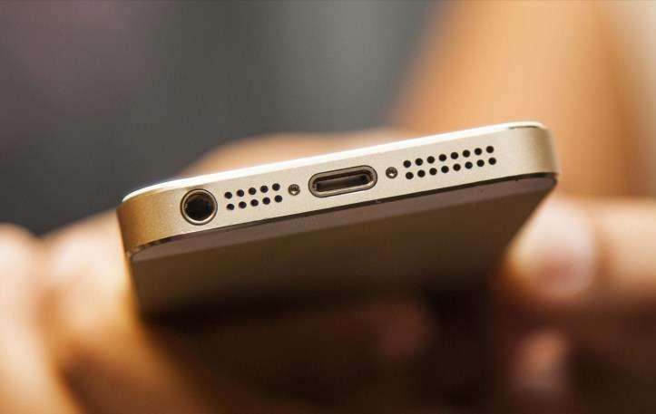 cổng sạc iphone bị bụi bẩn