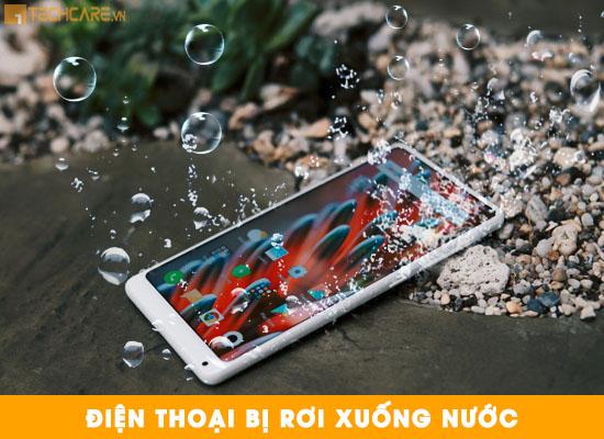 Điện thoại bị rơi xuống nước làm ẩm và hỏng pin