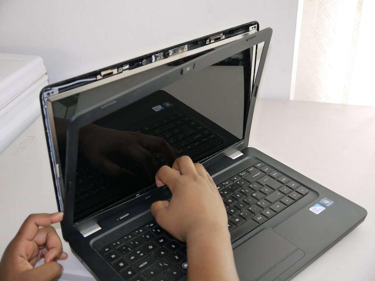 màn hình laptop đen thui