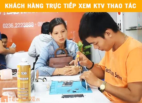 Khách hàng trực tiếp xem KTV sửa chữa tai Techcare