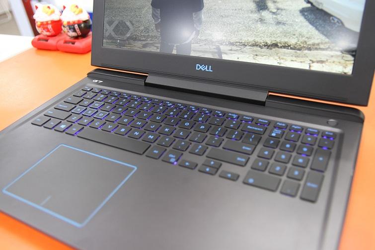 Bàn phím kiểu chiclet của Dell G7 15 với các phím phẳng