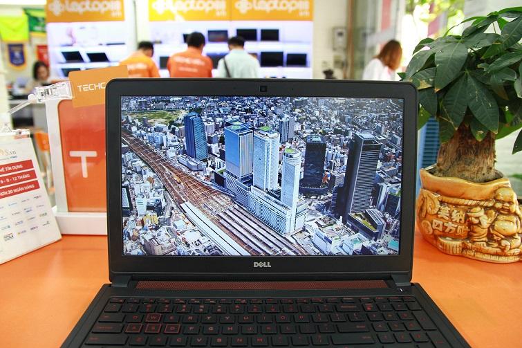 Dell Inspiron 5577 sở hữu màn hình kích cỡ lớn là 15,6 inch