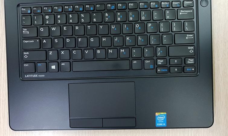 Touchpad với thiết kế nhựa trơn có độ nhạy cao
