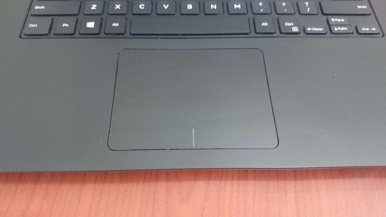 Touchpad của máy rộng được tích hợp cả hai phím phải và trái chuột