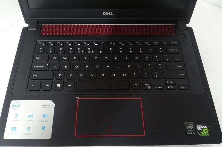 Touchpad được thiết kế khá là nổi bật với một đường viền màu đỏ thời trang