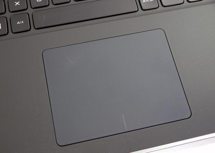 Touchpad mặt nhẵn, rộng cùng hai phím linh hoạt