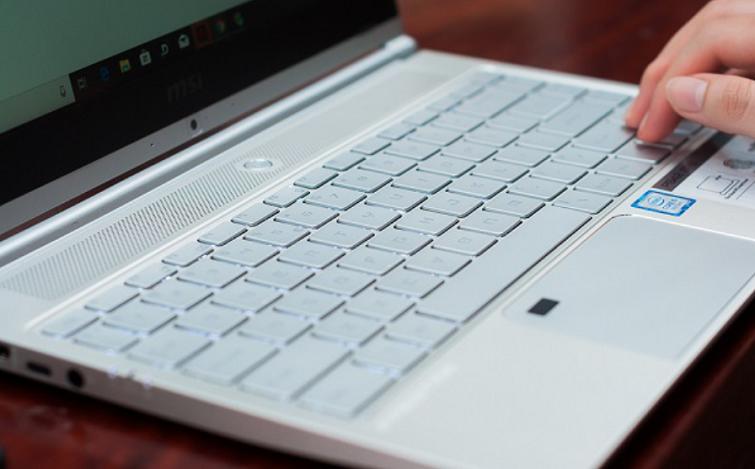 Bề mặt touchpad không vuông vứt mà được bo tròn nhẹ