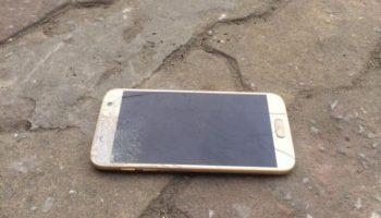 Điện thoại Samsung bị rơi xuống đất